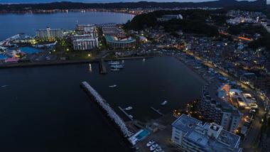 早朝の港の写真