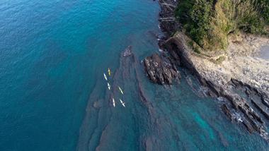 シーカヤックが通る海の写真