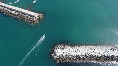 ジェットスキーが走る海の写真